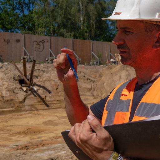 Geotechnischer Berater erklärt etwas auf Baustelle
